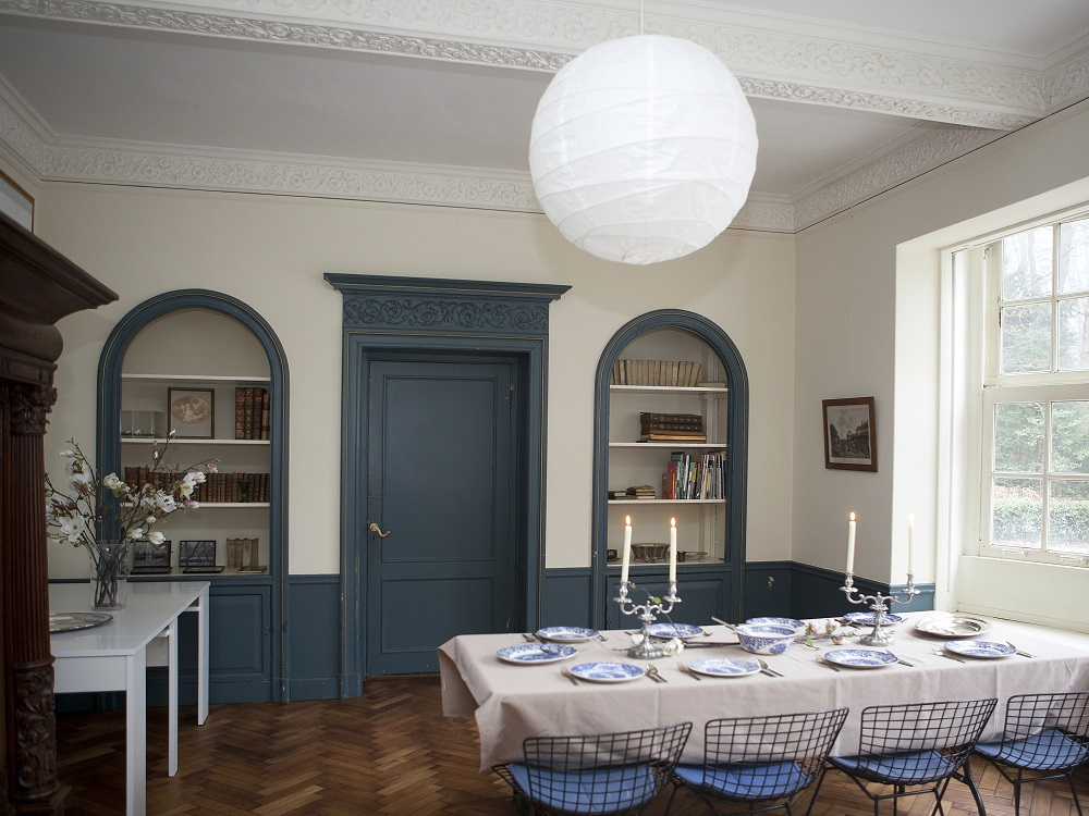 Eetkamer met tafel naar pantry en raam