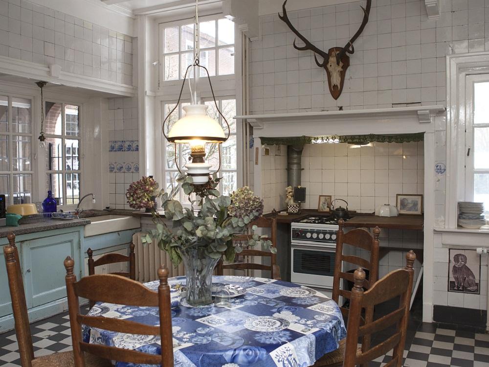 Keuken met aanrecht en tafel